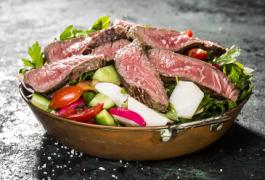 הנתח שעושה את ההבדל: הסלט שהופך בתוך 10 דקות לארוחה שלמה