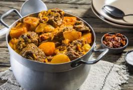 ארוחה בקדירה: תבשיל צוואר בקר עם דלעת וצ'ילי